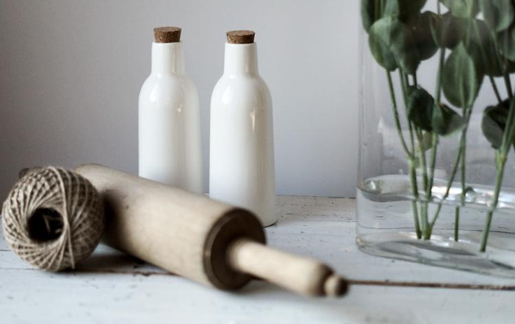 Nudelholz, weiße Flaschen, Blumenstiele und Paketband { by it's me! }