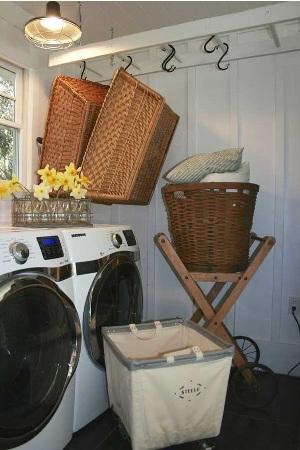 8. Tangga jadi rak di ruang laundry