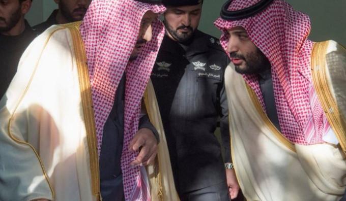 """""""شاهد"""" الملك سلمان يفاجئ أبناء وبنات أخيه الأمير طلال.. هذا ما فعله بعد انتهاء العزاء"""