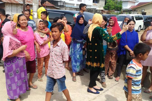 Warga ke Rumah Besan Presiden Jokowi