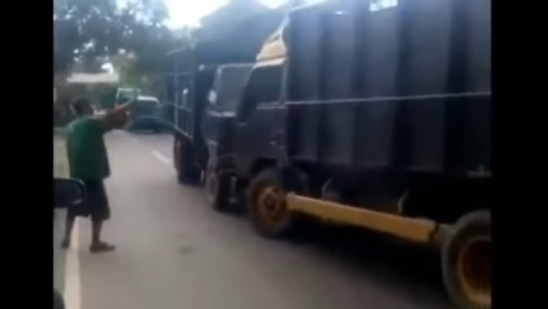 Adu banteng dua truk di jalanan Kebumen