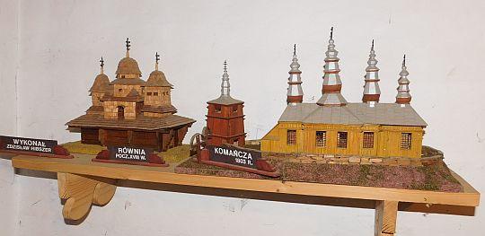 Modele łemkowskich cerkwi wykonane przez Zdzisława Hibszera.