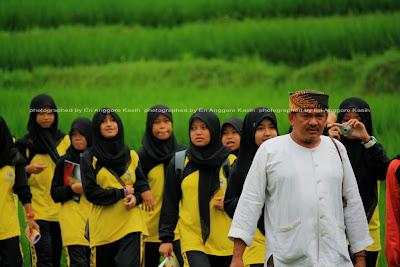 Rombongan pelajar yang sedang berkunjung ke Kampung Naga