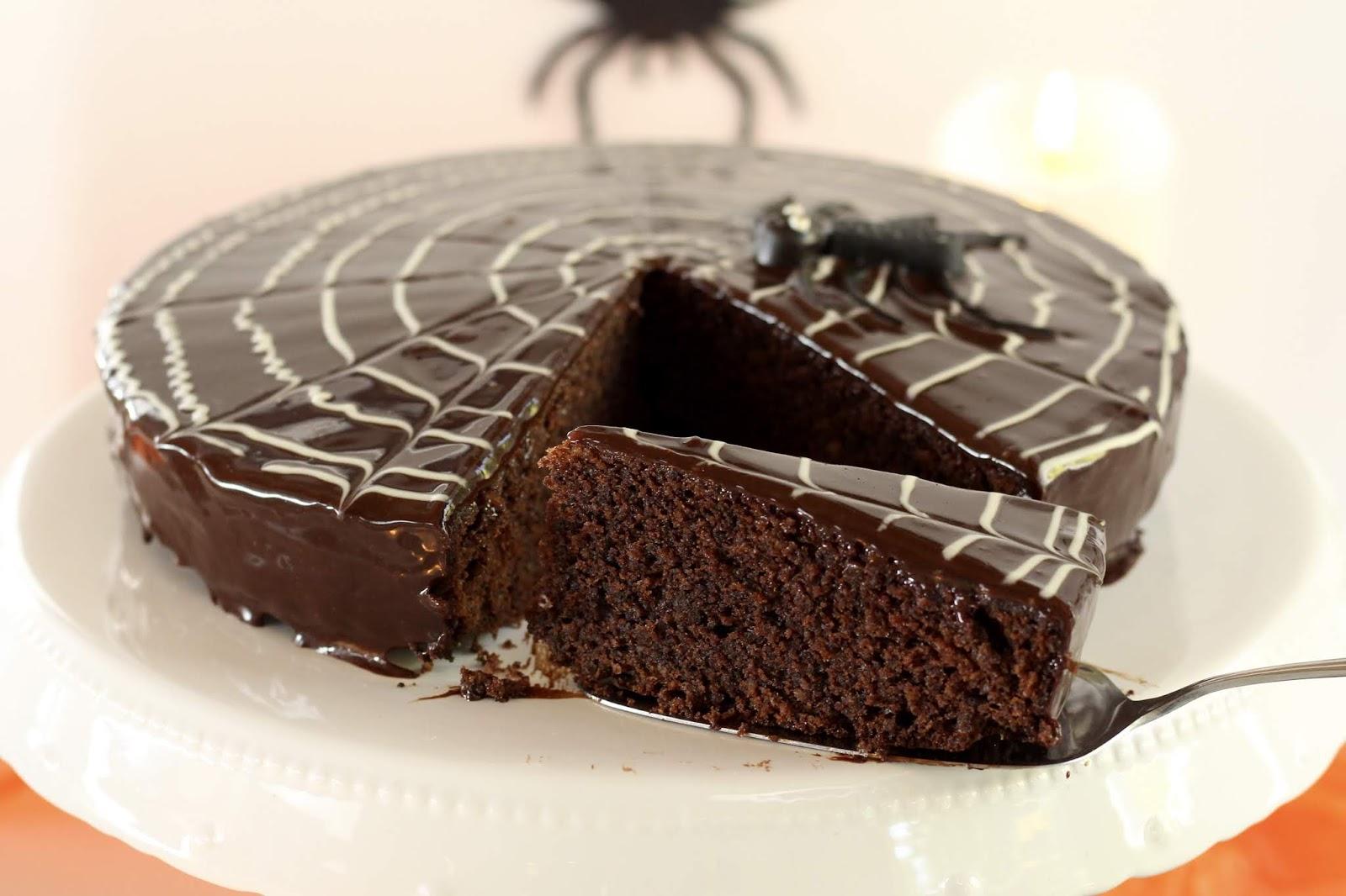 Spinnennetz-Torte: Die köstliche Ruck-Zuck-Sachertorte mit Spiderweb zu Halloween. Mit Video.