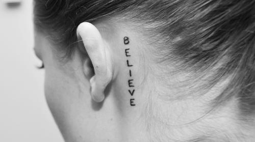 Dosis De Tinta Tatuajes Detrás De Las Orejas