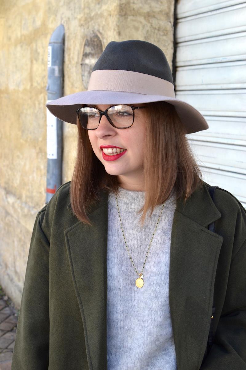 chapeau kaki est rose pale, manteau kaki Sheinside, pull gris H&M, collier une a une vert