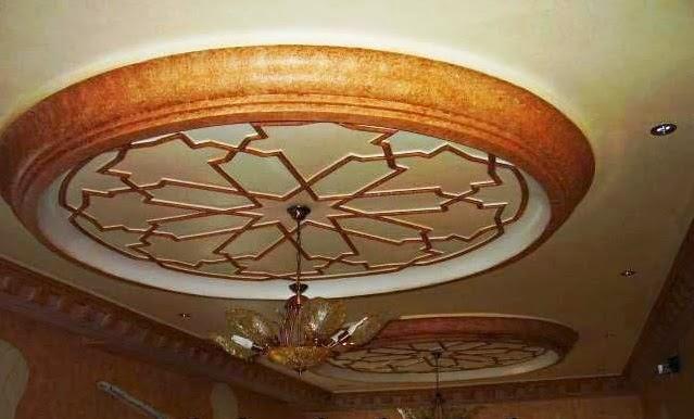 d coration de salon marocain plafond en platre suspendu styles marocain et des couleurs vives. Black Bedroom Furniture Sets. Home Design Ideas