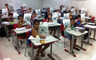Prefeitura de Baraúna faz entrega de material didático para alunos e professores
