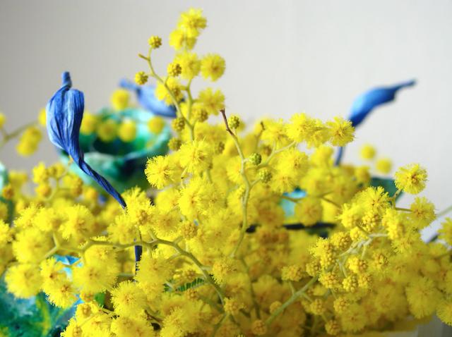 Matrimonio green: mimosa e fiori di carta per un centrotavola originale