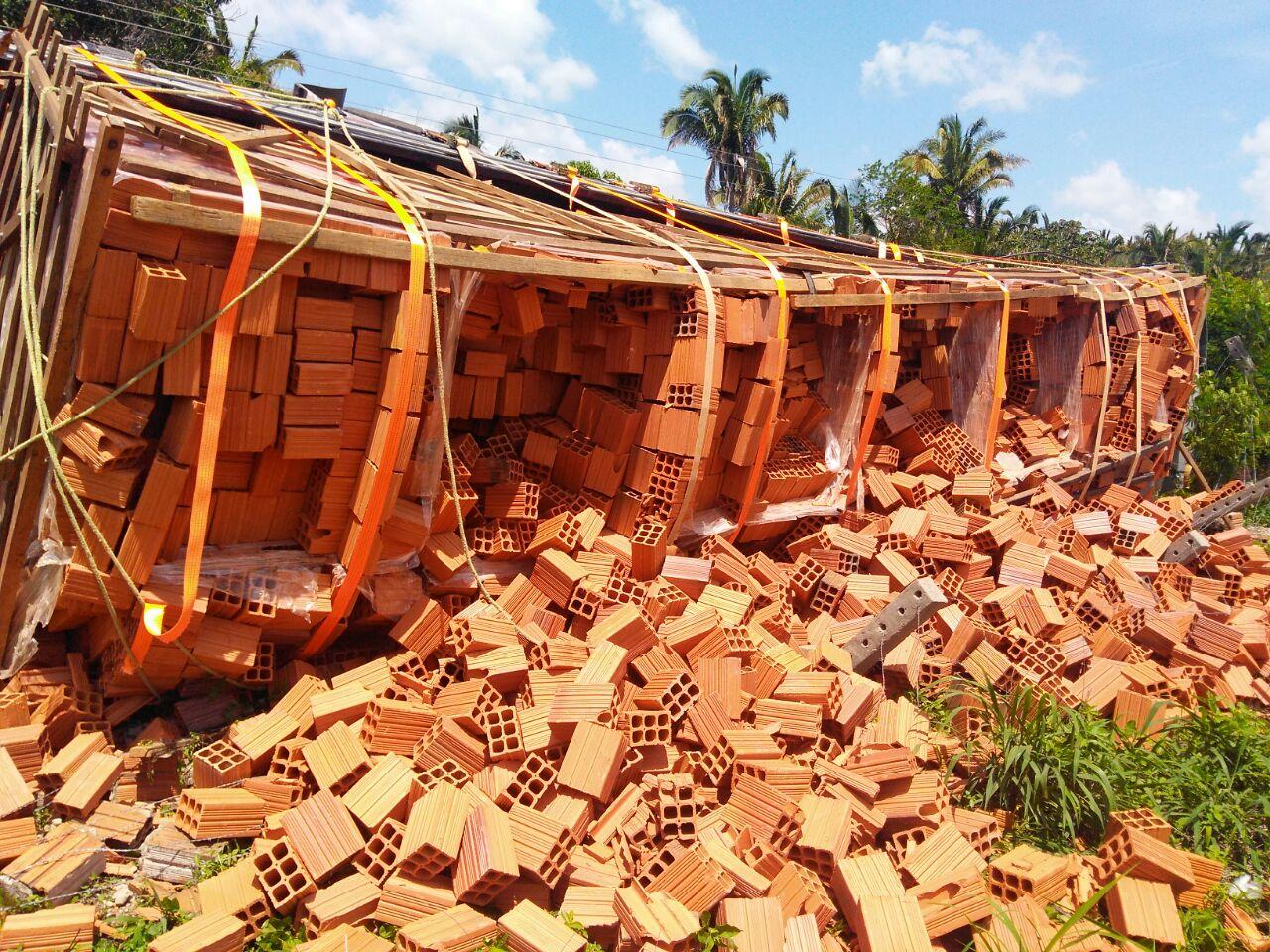 Caminhão carregado de tijolos tomba na MA-230 próximo a Chapadinha.
