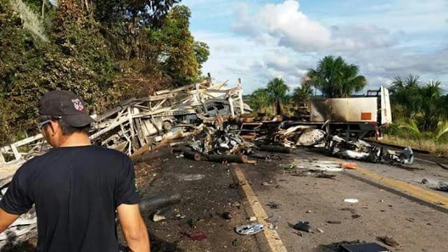 Motoristas morrem carbonizados em acidente envolvendo carretas na BR 364 em Porto Velho