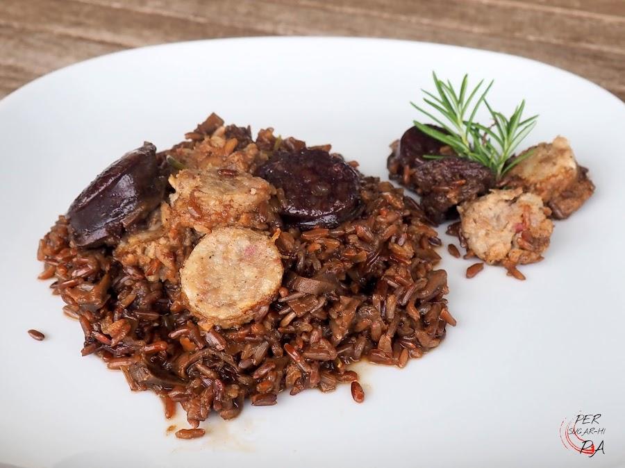 Arroz rojo de ceps (boletus edulis) y butifarras blanca y negra con caldo de carne