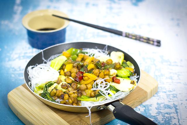 Weganski obiad - bok choy z ciecierzyca i makaronem
