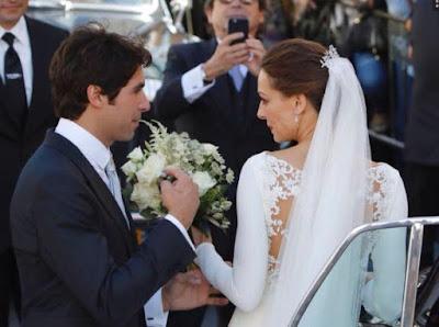 Cayetano ayudando a Eva con el ramo de novia donde se observa que es de  flores naturales y se puede ver el bordado del vestido de encaje el vestido  fue ... 5a8c11f68af