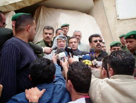 Arafat discursa na sede presidencial em Ramallah
