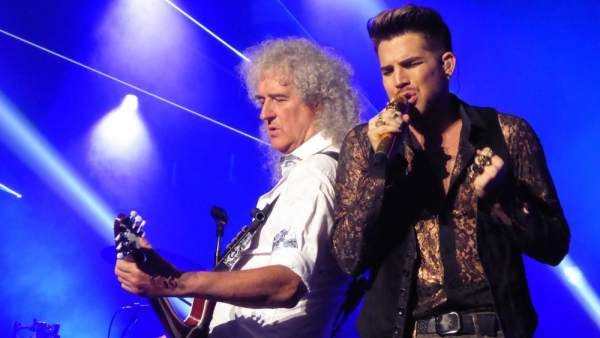 Brian May y Adam Lambert en un concierto de Queen