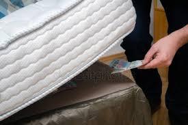 Ladrão invade casa e leva mais de R$ 1.000 mil escondidos em colchão