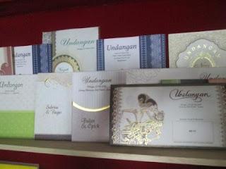 Kartu undangan soft cover atau undangan kertas tipis dapat digunakan untuk pernikahan dan acara lainnya.
