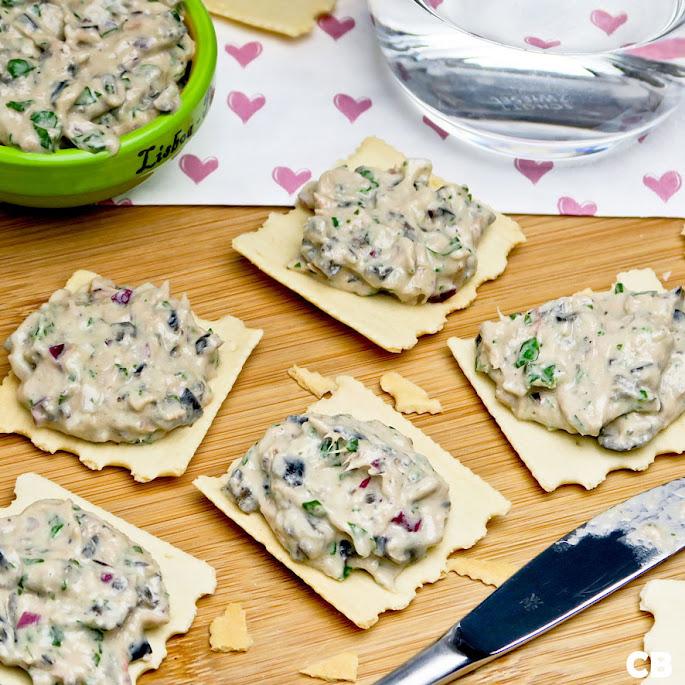 Toastjes met tonijnsalade met olijven en basilicum