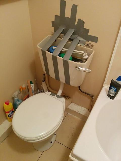 الصاق خزان المرحاض عن طريق شريط الدكت تاب بشكل مضحك