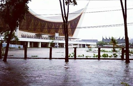 Padang Banjir, Gubernur Irwan: Mari Kita Berdoa, Semoga Rahmat Hujan Ini Tetap Akan Menjadi Berkah Untuk Kita Semua