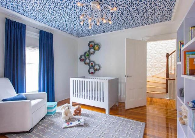 Chambre enfants avec papier peint au plafond