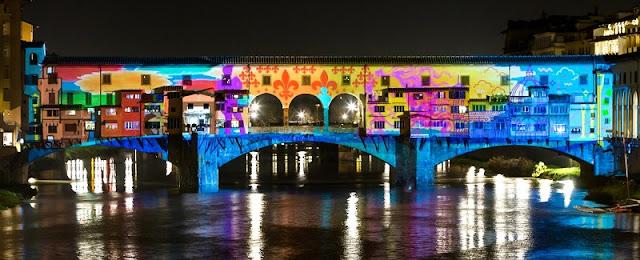 Ponte Vecchio com projeção de luzes em Florença