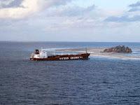 Karaya oturmuş bir yük gemisi