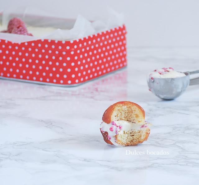 Donut relleno de helado de frambuesa - Dulces bocados