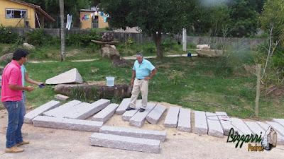 Bizzarri escolhendo a pedra folheta para fazer uma escada de pedra no jardim. São Tipos de pedras para escada que vão ser colocadas soltas na terra sem a necessidade de cimento. Pedra cinza com tamanho de 1,50 m de comprimento, 30 cm de largura e 15 cm de espessura.