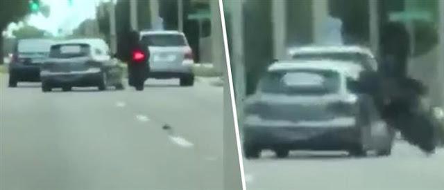 Το βίντεο που παγώνει το αίμα! Αυτοκίνητο ρίχνει επίτηδες οδηγό μηχανής