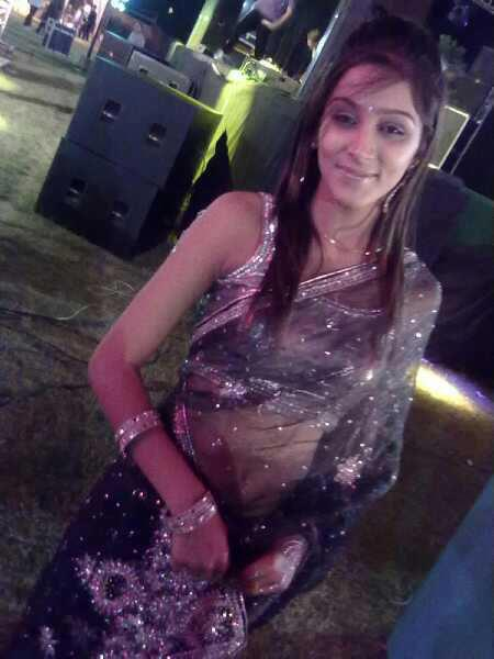desi-girl-cute-look-in-sari