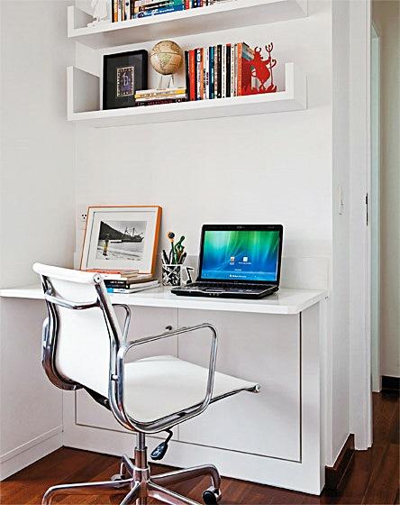 escrivaninha com armazenador de fios