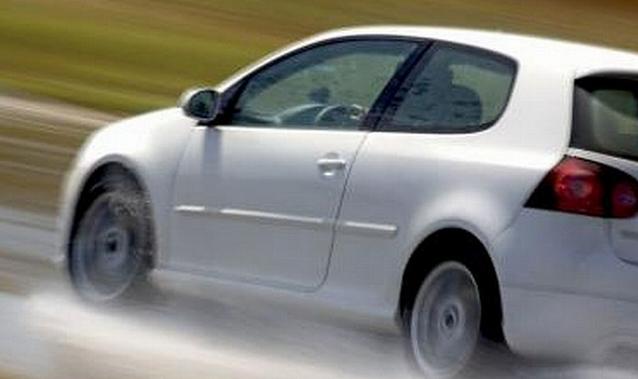 Kiat Mengemudi Mobil saat Terpaksa Melalui Hujan Deras dan Banjir