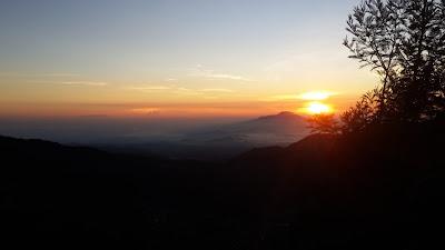 Hiking di Gunung Sikunir Bersama Keluarga