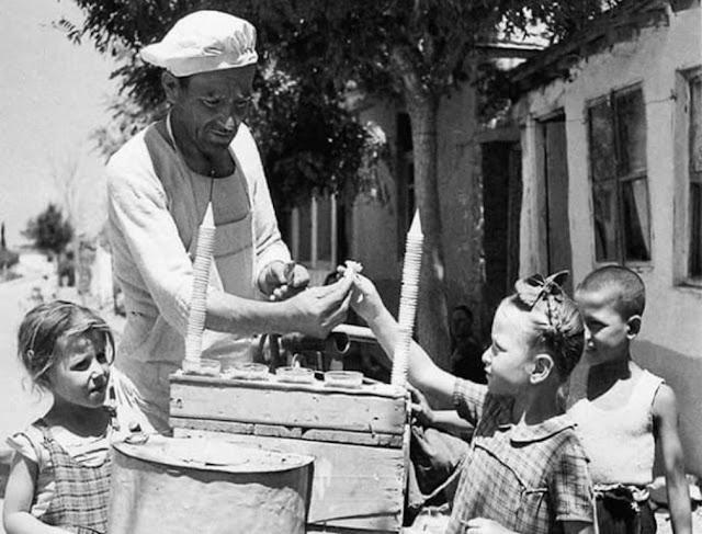 Θυμάστε τους πλανόδιους παγωτατζήδες που «δρόσιζαν» τις γειτονιές μας με το θρυλικό παγωτό καϊμάκι;