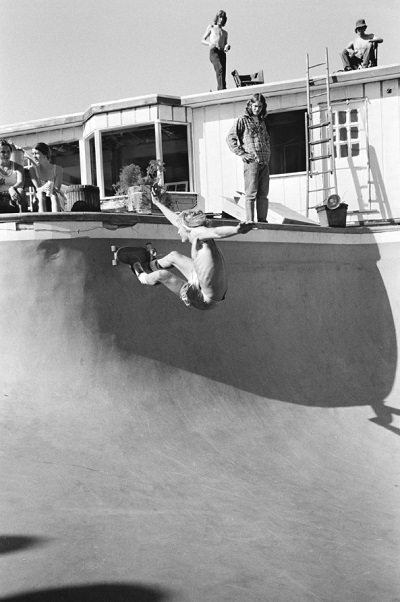 Santa Cruz Performance, CA, 1976 foto por Hugh Holland | black and white cool photos | 70s California skaters | imagenes chidas, fotos en blanco y negro bonitas