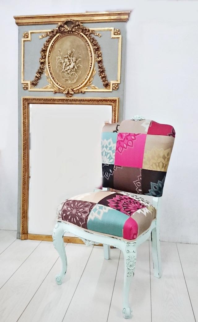 Silla antigua renovada con tapicería y color nuevos