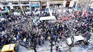 Hebe de Bonafini permanece en la sede de Madres de Plaza de Mayo, en Hipólito Yrigoyen al 1500, rodeada de un numeroso grupo de manifestantes y dirigentes kirchneristas que buscan impedir nuevamente que se cumpla la orden de detención firmada por el juez Marcelo Martínez de Giorgi.