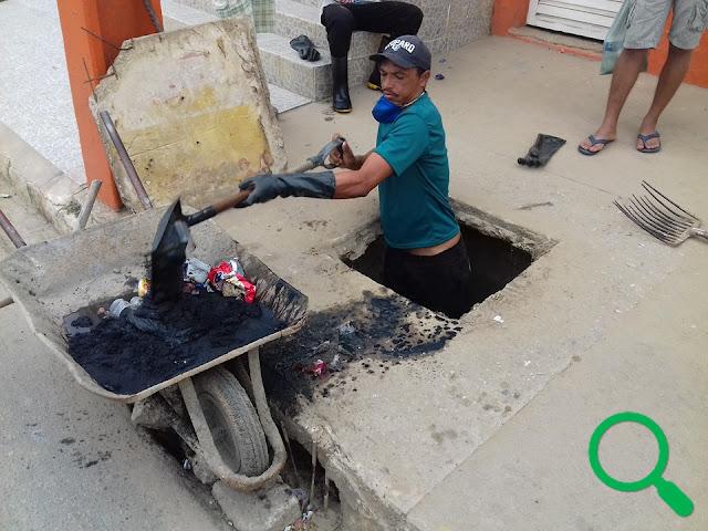Trabalhador limpando bueiro