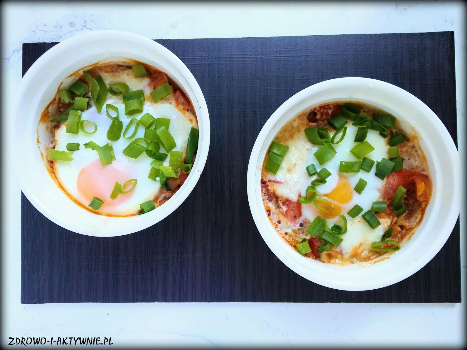Zapiekane jajka z mozzarellą i warzywami