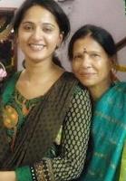 Foto Anushka Shetty dengan Ibunya