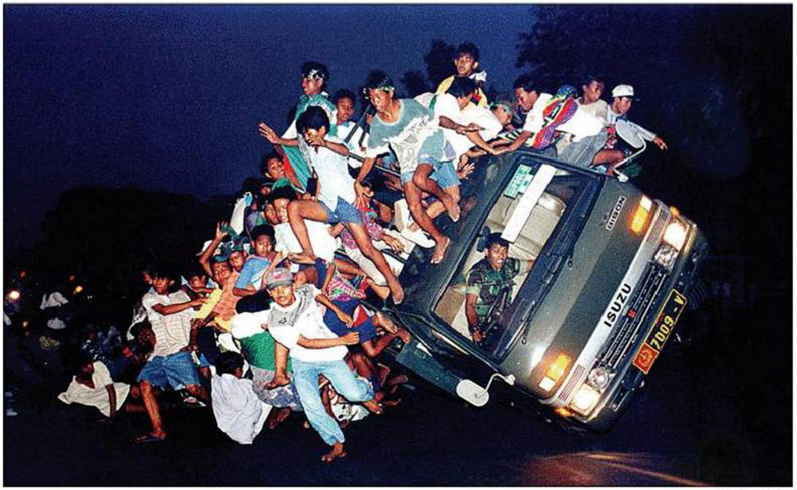 Foto Sejarah: Tergulingnya Truk Pembawa Bonek (1995) Images may be subject to copyright. Find out more Related images