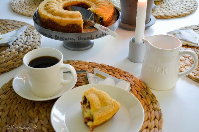 tiikerikakku kuivakakku kahvikakku vuoka vanha kahvin kanssa kattaus iittala hortensia