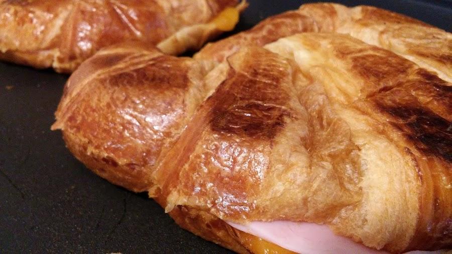 Croissant relleno de jamón york y queso Cheddar