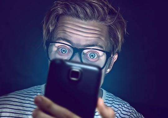 Merasakan Gejala Penyakit Berikut? Sebaiknya Berhenti Bermain Handphone