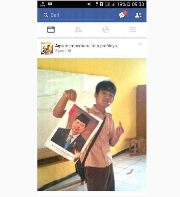 HEBOH !!! Bocah Berseragam Pramuka ini Berani Bakar Foto SBY JANGAN DITIRU !