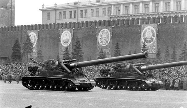 Тяжелая самоходная установка Конденсатор 2П с 406-мм гаубицей на Красной площади во время военного парада в Москве