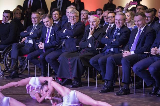 Prezydent Andrzej Duda z politykami oglądają występ półnagich dziewczynek