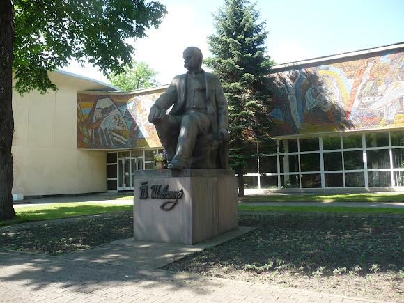 Трускавець. Палац культури і пам'ятник Т. Г. Шевченку